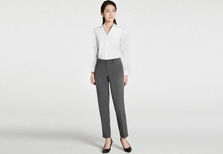女性薬剤師のパンツスーツ